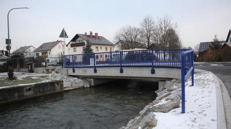Eine neue Brücke überspannt die Singold am Krautgartenweg in Großaitingen.