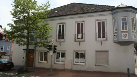 Bis 2009 wurde der Markt Pöttmes vom alten Rathaus aus verwaltet. Von 1990 bis 2002 war Alfons Eitelhuber Zweiter Bürgermeister der Gemeinde. Er soll nun besonders geehrt werden.