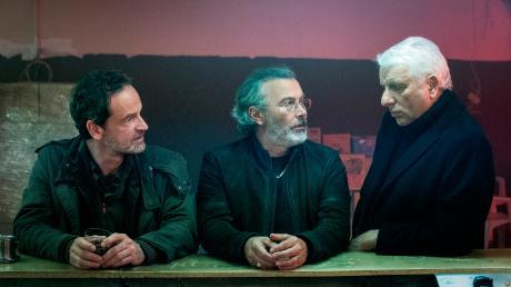 """Faber (Jörg Hartmann) und Leitmayr (Udo Wachtveitl) mit Domenico Palladio (Paolo Sassanelli): Szene aus Teil zwei des Jubiläums-Tatort """"In der Familie"""", der heute im Ersten läuft."""