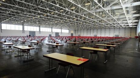 Im Sommer legten die Studenten der Universität Augsburg ihre Prüfungen in einer Halle der Messe ab.