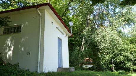 Hier, nur wenige Schritte von der Pfarrkirche St. Georg und Gregor in Hohenried entfernt, befindet sich der alte Hochbehälter der Gemeinde Petersdorf.