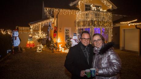 Stefan Kramer und seine Ehefrau Natalie vor ihrem Weihnachtshaus an der Landsberger Straße in Lengenfeld.