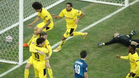 Die Dortmunder Spieler jubeln über das Tor zum 1:1-Ausgleich durch Lukas Piszczek.