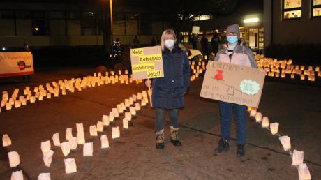 Ein Lichtermeer und Transparente: Bürger aus der ganzen Gemeinde Affing demonstrierten vor der Gemeinderatssitzung, wie sehr sie weiterhin hinter der geplanten Westumfahrung stehen.