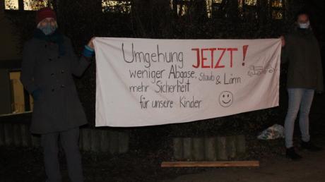 Viele Menschen in Mühlhausen warten sehnsüchtig auf die Westumfahrung. Das zeigt auch dieses Transparent, das Bürger vor einer Gemeinderatssitzung im vergangenen Dezember präsentiert hatten.