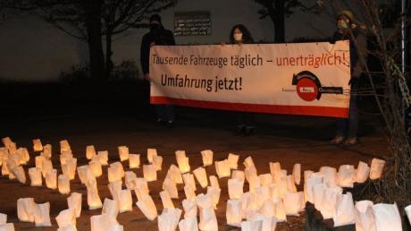Viele Bürger wünschen sich die Westumfahrung für Mühlhausen. Das demonstrierten sie mit einem Lichtermeer im Dezember vor einer Sitzung des Gemeinderates.