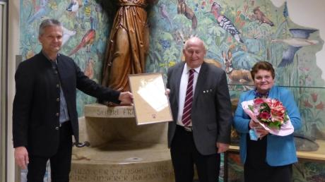Jürgen Hörmann, der amtierende Bürgermeister Obergriesbachs (links), überreicht seinem Vorgänger Josef Schwegler (Mitte) die Urkunde, die ihn als Altbürgermeister auszeichnet. Ehefrau Gerlinde Schwegler (rechts) erhielt Blumen.