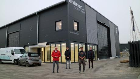Unternehmer Johannes Ankner (Zweiter von rechts) mit Landrat Klaus Metzger (links), Sebastian Koch (Zweiter von links) und Bernd Burkhart (rechts) vom Landratsamt vor der Halle.