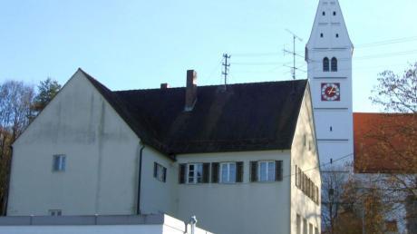 Die Alte Schule in Mickhausen ist als Standort einer Wärmeversorgung für die Kindertagesstätte nun wieder aus dem Rennen. Im Vordergrund die Fahrzeughalle der örtlichen Feuerwehr.