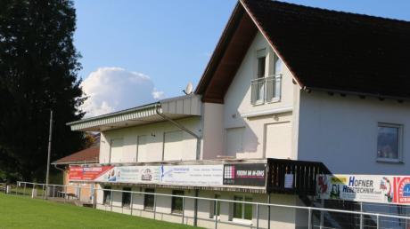 Die Duschen und Toiletten im Bereich unter dem Balkon des Sielenbacher Sportheims sollen erneuert werden. Die Gemeinde gewährt einen hohen Zuschuss.