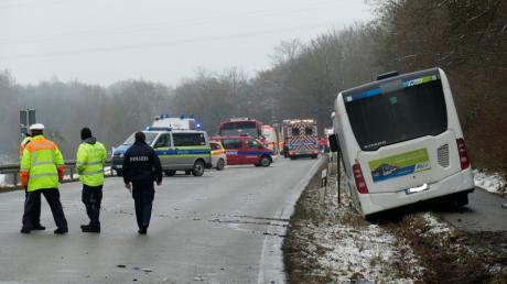 Der Fahrer des Golfes, der frontal mit einem Linienbus zusammengeprallt war, ist seinen schweren Verletzungen erlegen.