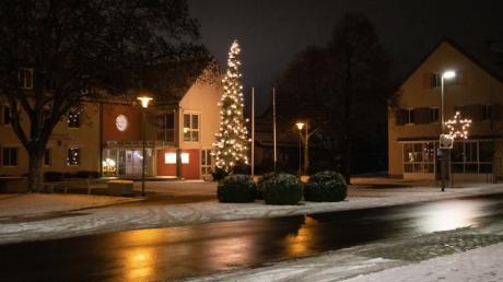 An der fertiggestellten Lechfelder Straße erstrahlt der Rathausplatz in vorweihnachtlichem Glanz.