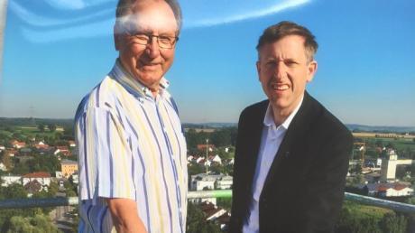 Kirchenpfleger Günter Füllenbach und Stadtpfarrer Herbert Gugler ganz oben: Die Aufnahme stammt von der Aichacher Kirchturmspitze und entstand im Zuge der Bauarbeiten.