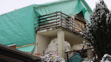 Nach dem Brand ist das Wohnhaus in Rögling nun mit einer großen Plane abgedeckt. Das Gebäude soll wieder hergerichtet werden.