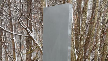 Im Schwabmünchner Stadtteil Schwabegg ist ebenfalls ein Monolith aufgetaucht. Die graue Stahlstele steht beim Parkplatz am Ende der Schloßbergstraße.