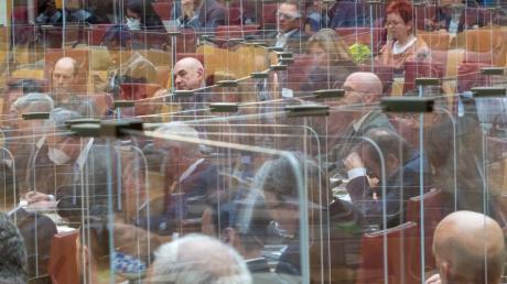 Auch im bayerischen Landtag gelten die Corona-Regeln: Im Plenarsaal, wo Plexiglaswände die Ausbreitung des Virus stoppen soll (im Bild), sowie in der Landtagsgaststätte.