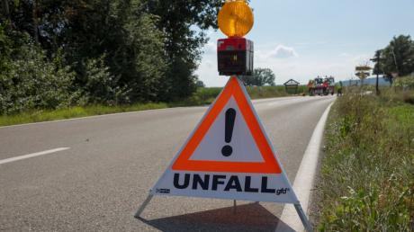 Bei einem Unfall nahe Dießen prallt ein Kleinwagen frontal gegen einen Baum. Die Fahrerin erleidet einen Schock und leichte Verletzungen.