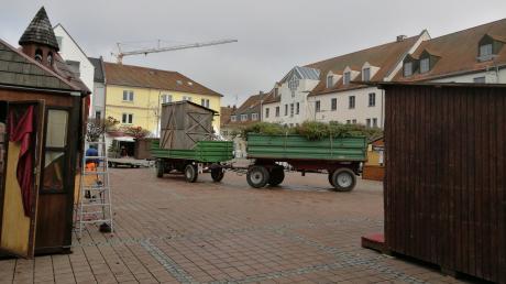 Die Schausteller des Neuburger Weihnachtsmarktes verladen am Montagvormittag ihre Buden.