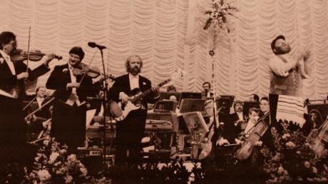 Im Jahre 1987 spielte Christian Echl (zweiter von links) mit seinen Swinging Violins mit dem Starsänger Ivan Rebroff zusammen - wenn auch etwas unfreiwillig.
