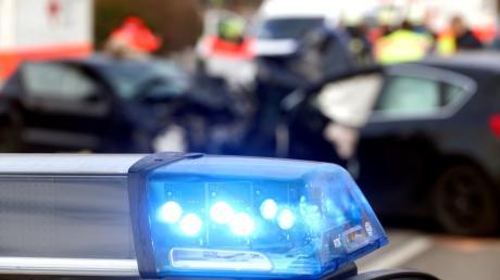 Einen Fußgänger auf dem Gehweg hat ein Autofahrer am Dienstag in Diedorf erfasst.