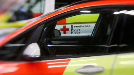 Das Bayerische Rote Kreuz hat im Wittelsbacher Land fünf Fahrzeuge rund um die Uhr besetzt. Bei Einsätzen entscheiden manchmal Minuten über Leben und Tod.