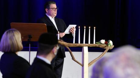 Kantor Nikola David entzündete bei der ersten gemeinsamen Chanukka-Feier im Augustanasaal die fünfte Chanukka-Kerze.