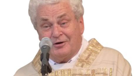 Viele Wertinger haben am Montag des verstorbenen ehemaligen Stadtpfarrers  Johann Menzinger gedacht.