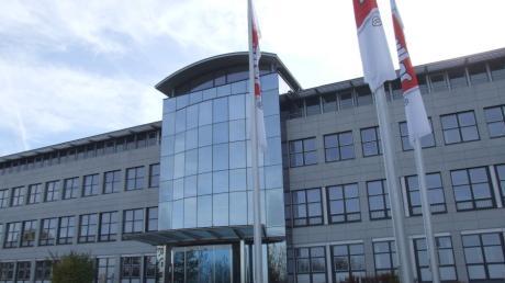 Der Marktgemeinderat in Fischach gab grünes Licht für den Bau des geplanten Bürogebäudes von Müllermilch in Aretsried. Das Projekt soll direkt an das bereits vorhandene Verwaltungsgebäude (Bild) anschließen.