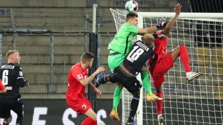 Jeffrey Gouweleeuw traf für Augsburg zum 0:1.
