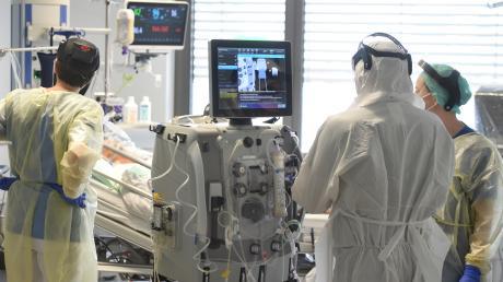 Auf der Aichacher Intensivstation herrscht gerade Vollauslastung. Der Patient, bei dem inzwischen eine Coronavirus-Mutation nachgewiesen worden ist, wurde deshalb in eine andere Klinik verlegt.