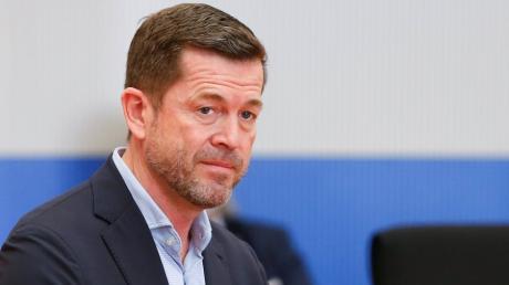 Ex-Verteidigungsminister Karl-Theodor  zu Guttenberg sieht sich im Wirecard-Untersuchungsausschusses des Skandal-Konzern dar.