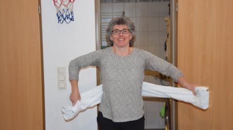 Guten Morgen! Heike Groß zeigt, wie man nach dem Duschen schon beim Abtrocknen mit dem Handtuch Wirbelsäule und Schulterpartie in Bewegung sowie den Kreislauf in Schwung bringen kann.