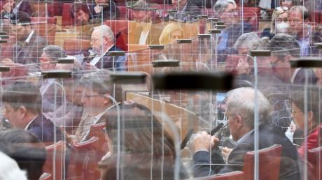 Auch im Landtag herrschen strenge Regeln zum Schutz vor Corona - im  Plenarsaal sind die Abgeordneten beispielsweise durch Plexiglaswände getrennt.