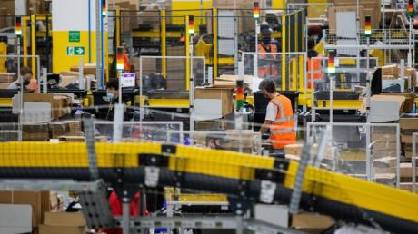 Mitarbeiter mit Mund-Nasen-Bedeckung in einem Logistikzentrum des Versandhändlers Amazon in Mönchengladbach.