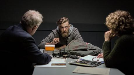 """Bibi Fellner (Adele Neuhauser) und Moritz Eisner (Harald Krassnitzer) verhören Jonathan """"Indy"""" Lechner (Michael Steinocher): Szene aus dem Wien-Tatort """"Unten"""""""