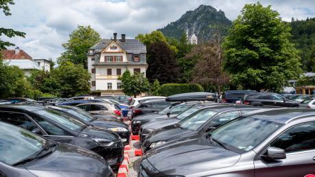 Ganz so viel los, wie hier im Sommer in Schwangau war am vergangenen Wochenende im Allgäu nicht. Dennoch nutzten einige Ausflügler das gute Wetter, um in die Berge zu fahren. Dementsprechend voll waren die Parkplätze.
