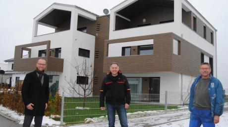 Bürgermeister Andreas Reiter, Architekt Josef Egger und Altbürgermeister Gerhard Mößner freuen sich über die Oberottmarshauser Paarhäuser.