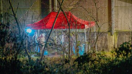 Spurensicherer der Polizei arbeiten am Fundort der Leiche in Ebersbach.