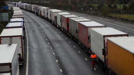 Kilometerlang stecken die Lastwagen vor Dover fest.