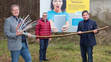 Der Glasfaserausbau in Merching geht voran: von links Bürgermeister Helmut Luichtl, Stefan Ziegler (Lechwerke) und Michael Weng (Bayernwerk).