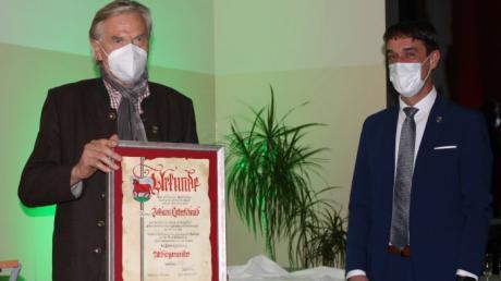Der langjährige Bürgermeister von Kühbach, Johann Lotterschmid (links) ist jetzt Altbürgermeister. Sein Nachfolger Karl-Heinz Kerscher überreichte ihm die Urkunde.