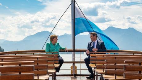 Ein unvergesslicher Moment im Jahr 2020: Markus Söder und Bundeskanzlerin Merkel fahren mit einem Schiff  auf die Insel Herrenchiemsee.