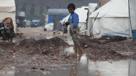 Ein Flüchtlingsjunge in einem Zeltlager. In der nasskalten Zeit ist die Lage besonders schwierig.