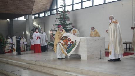 Bischof Bertram Meier nimmt das Altartuch in der Kirche St. Martin in Lagerlechfeld ab.