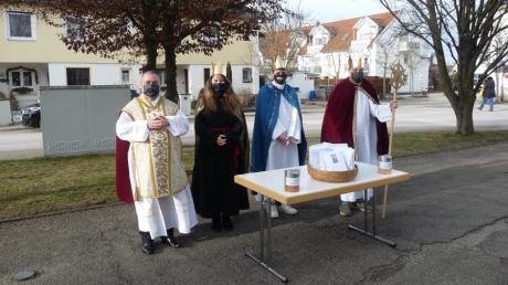 In Kissing können die Kirchgänger die Sternsinger an verschiedenen Stationen besuchen, wie hier am Kirchplatz von St. Bernhard.