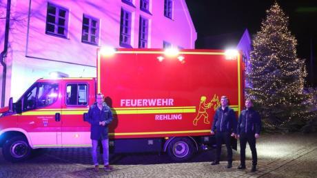 Bürgermeister Christoph Aidelsburger (links) mit den Kommandanten Stefan Limmer und Dominik Rauscher (rechts) vor dem neuen Fahrzeuge für die Rehlinger Feuerwehr.