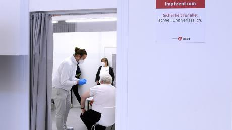 Die impfberechtigten Senioren sollen laut Landratsamt per Brief über die mögliche Terminvereinbarung informiert werden.