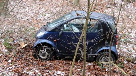 Eine Autofahrerin ist zwischen Dietenheim und Wain mit ihrem Kleinwagen von der Straße abgekommen. Das Auto fuhr ungebremst in den Wald.