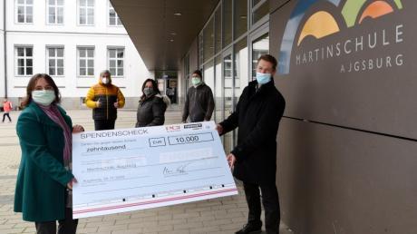 Eine Spende der Firma PCI über 10.000 Euro haben Martina Wild und Thomas Wackerbauer (vorne v. links)  an Peter Grau, Christiane Wech und Albrecht Haag übergeben.