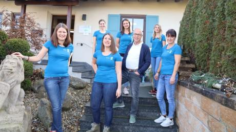 Jürgen Dreher freut sich mit seinem Team über das 40-jährige Bestehen seiner Landpraxis in Eurasburg.
